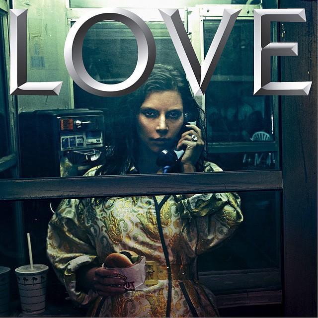 Kim Kardashian se dénude pour LOVE