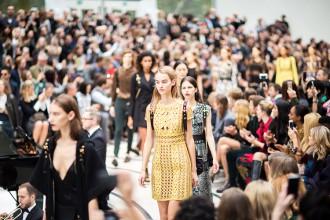 Quand les looks de la Fashion Week de Londres sont repris par Reem Kanj & Travelex