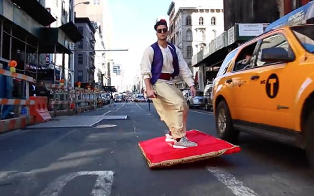 Aladdin porte des yeezy et ride les rues de NYC sur son tapis volant