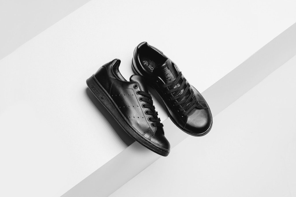 La Stan Smith disponible en version Triple Black !