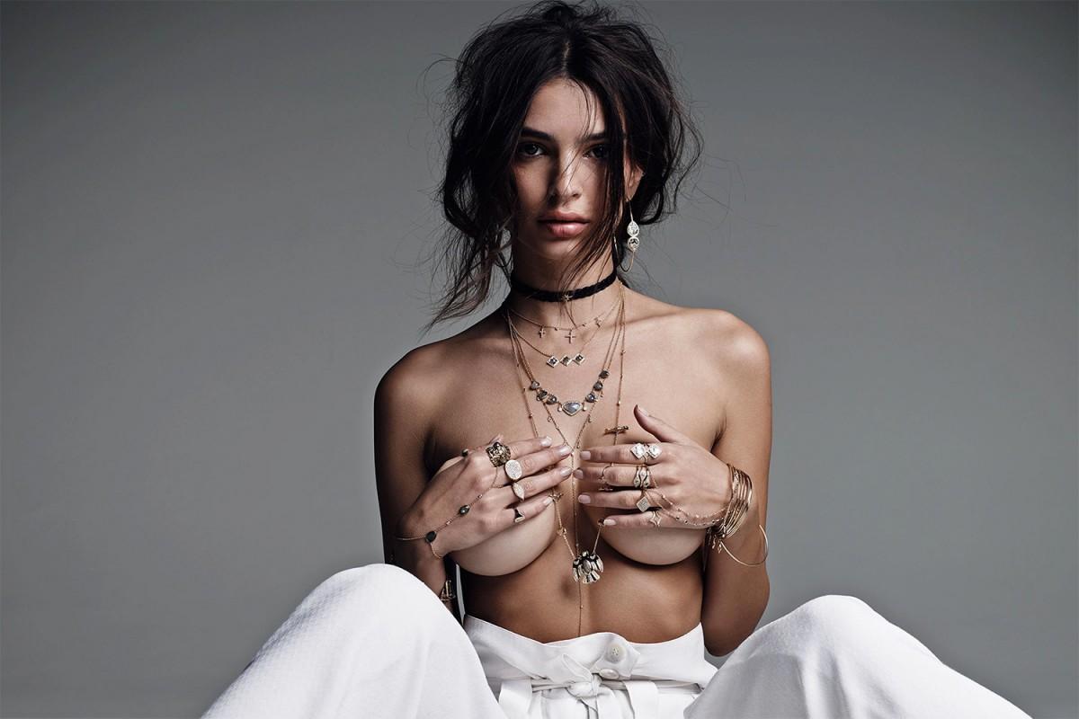 La belle Emily Ratajkowski en topless pour Jacquie Aiche