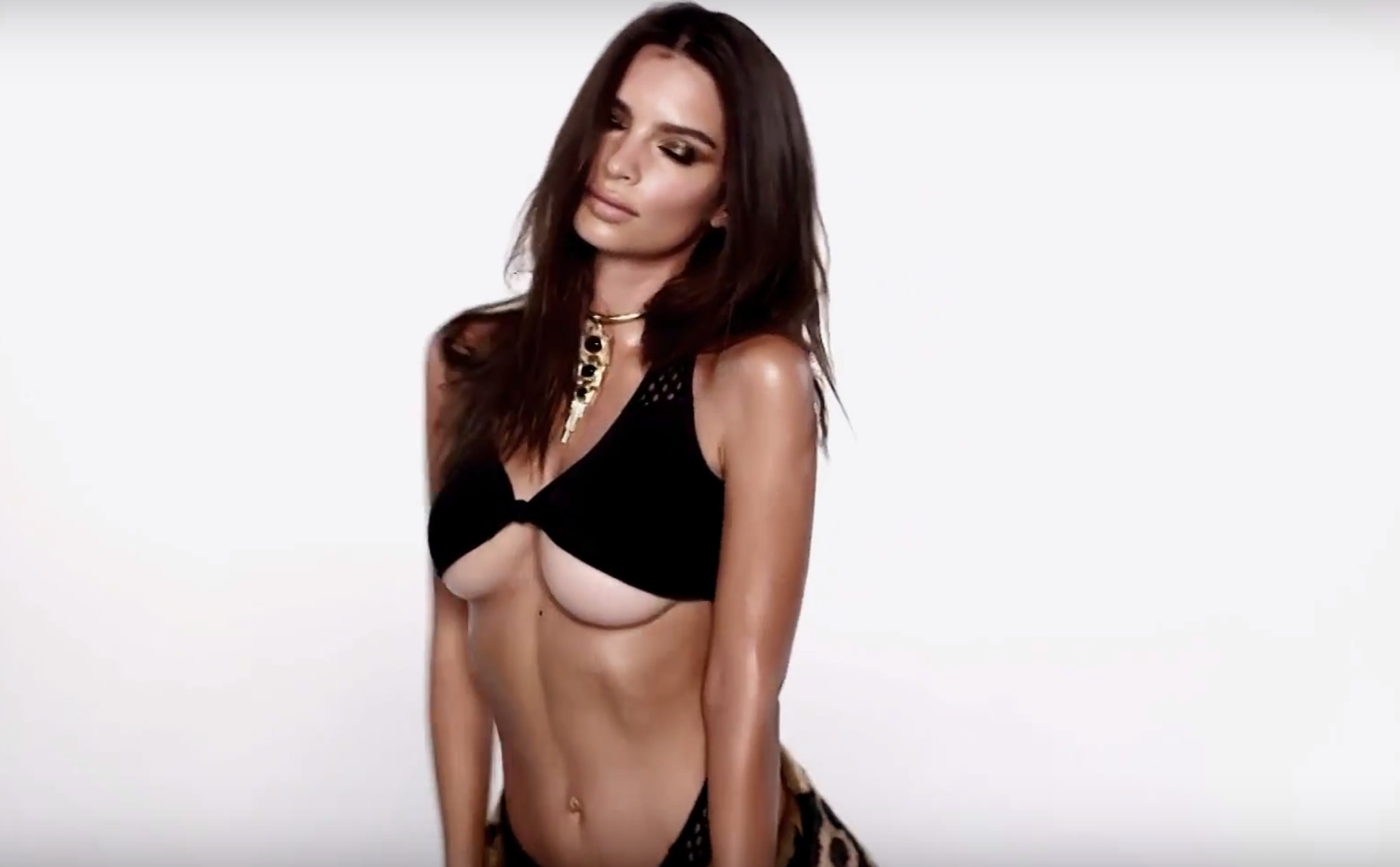 Emily Ratajkowski ultra sexy pour LOVE